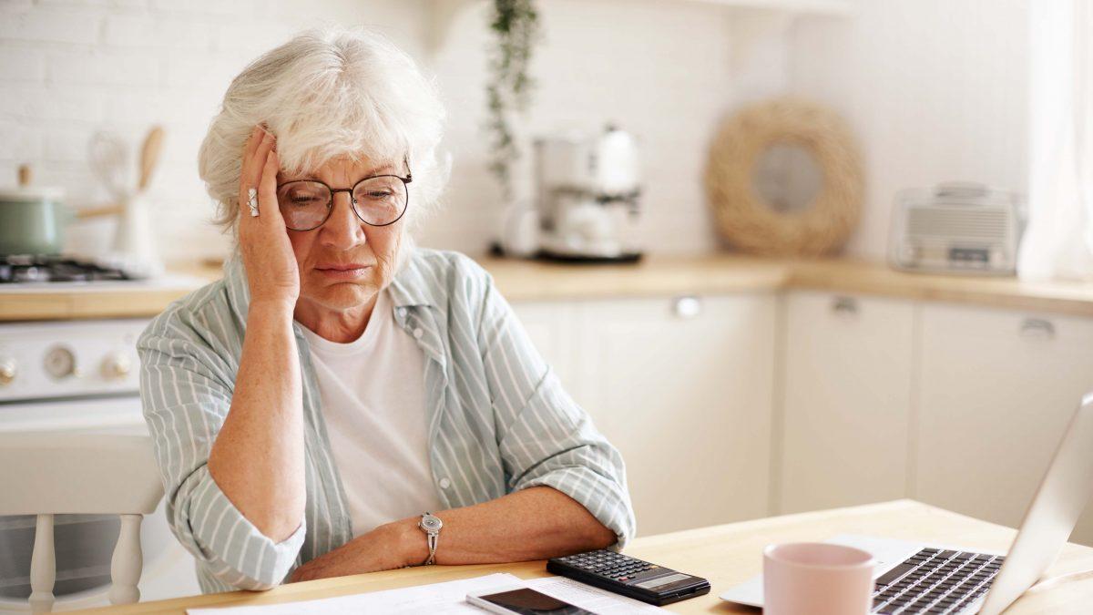 Senhora pensando na pensão por morte