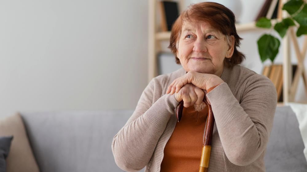 Senhora refletindo sobre a aposentadoria por tempo de contribuição
