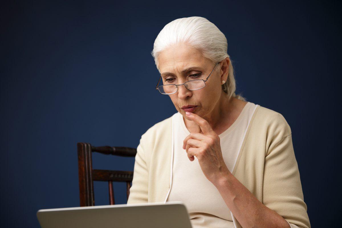 Mulher refletindo sobre aposentadoria